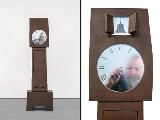 Maarten Baas, Grandfather Clock de la série Real Time, installation vidéo, 2009 © Carpenters Workshop Gallery. Photo : Adrien Millot  Heures dessinées… Designer néerlandais, Baas a créé deux versions de son horloge en temps réel où des acteurs inlassablement effacent et redessinent l'heure qui passe pendant 24 heures, une version Papy pour le « Grandfather Clock » et une version Mamie pour la « Grandmother Clock ».